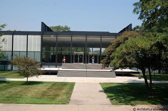 CHICAGO  IIT  Crown hall lato sud  lingresso  costituito da uan terrazza sospesa e da due