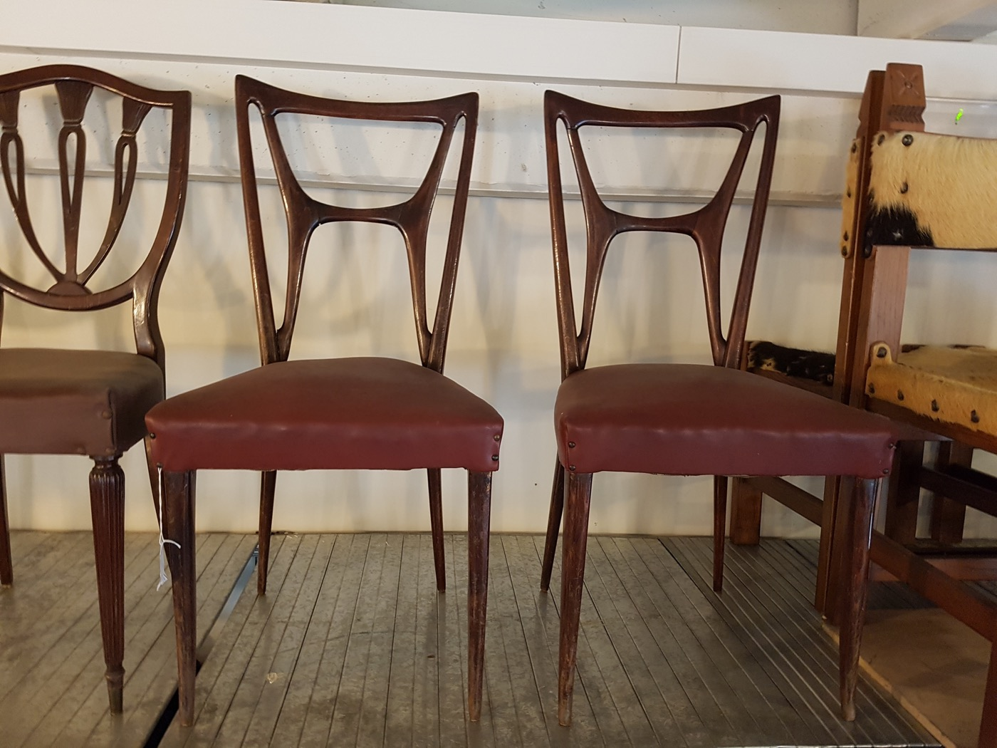 Set di 4 sedie anni '60 con struttura in legno e seduta in vinile di colore bordeaux con borchie negli angoli. Design 60s Pair Of Chairs