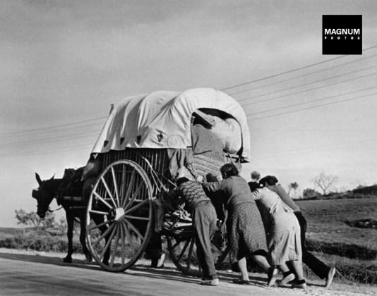 Civiles huyen del fascismo en la gran retirada de 1939. Robert Capa