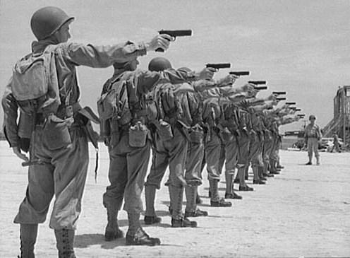 soldados americanos practicando tiro con colt 45 m1911