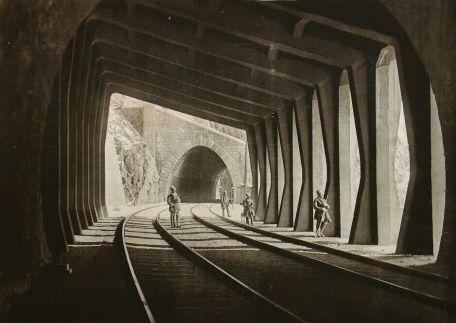 Soldados haciendo guardia en uno de los túneles.