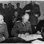 Major Wilhelm Oxenius, Generaloberst Jodl und Hans-Georg von Friedeburg Reims