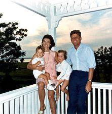 John F. Kennedy con Jacqueline y sus hijos John Jr. y Caroline