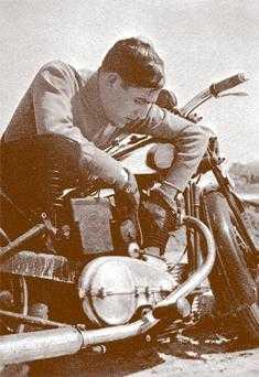 Ramiro Ledesma arreglando su moto