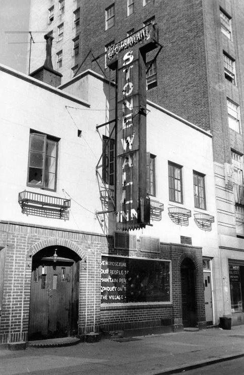 """El Stonewall Inn en septiembre de 1969. En el cartel de la ventana: """"Nosotros los homosexuales rogamos a nuestra gente que por favor colaboren para mantener una conducta tranquila y pacífica en las calles del Village"""""""