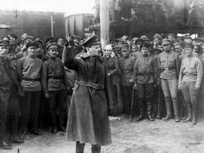 Trotski habla al Ejército Rojo en 1920. Su papel organizando el alzamiento de octubre fue imprescindible para la victoria bolchevique.