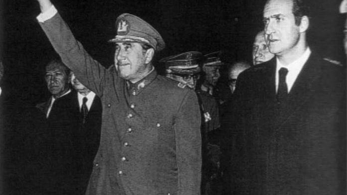 Augusto Pinochet durante su visita a España con ocasión del funeral de Francisco Franco, con el que compartía una estrecha relación. En la imagen, junto al rey emérito, Juan Carlos de Borbón