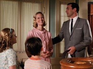 Imagen de Mad Men que ilustra el ideal de familia norteamericana criticado por el feminismo liberal y radical