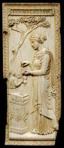 Sacerdotisa realizando ritos paganos (ca. 300). Victoria & Albert Museum, Londres.