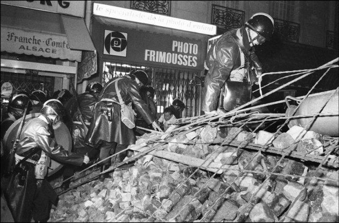 Policías sobre una barricada en el Barrio Latino la madrugada del 10 de mayo (1968)