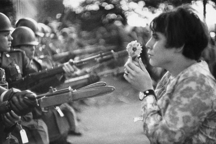 Fotografía de Marc Riboud, tomada durante 1967 en Washington, en una manifestación contra la guerra de Vietnam