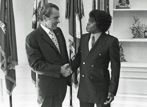 Richard Nixon y James Brown en el Despacho Oval el 10 de octubre de 1972