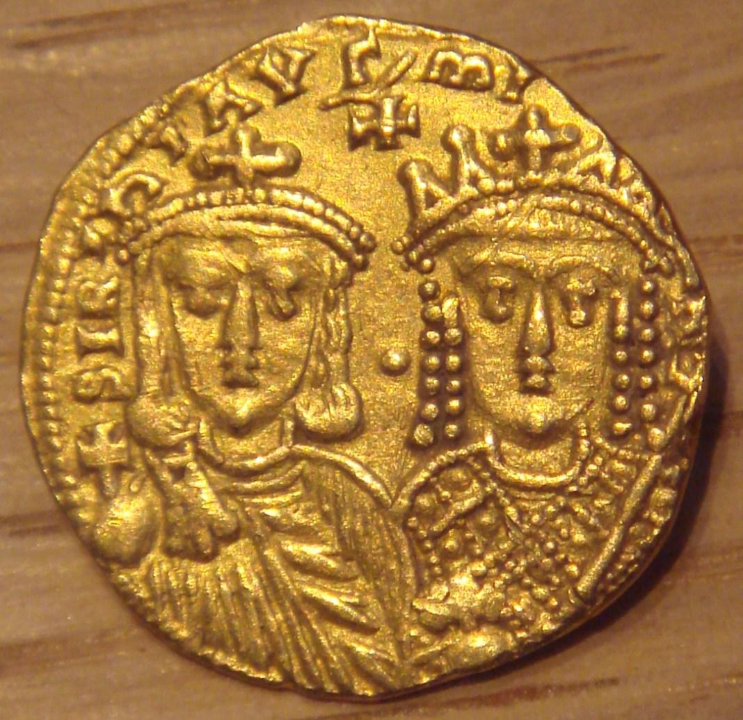 Moneda perteneciente a la época de la regencia en la que se ve representado a Constantino con el globus cruciger junto a su madre, la emperatriz Irene. Fuente: Wikipedia https://en.wikipedia.org/wiki/File:Constantine_VI_and_Irene_780_790_gold_4410mg.jpg