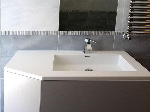 Top da bagno in corian a Napoli esempi di lavabi e
