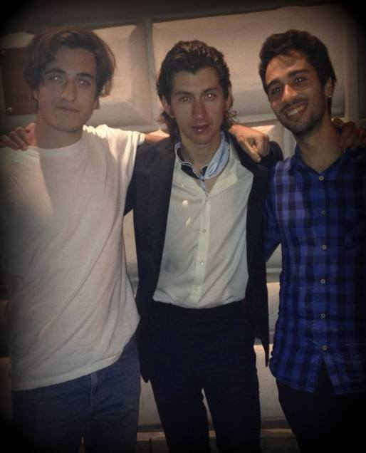 Fabio, Alex Turner e Alessio. I ragazzi hanno una cover band degli Arctic Monkeys, e hanno consegnato al prode Alex una maglietta a tema