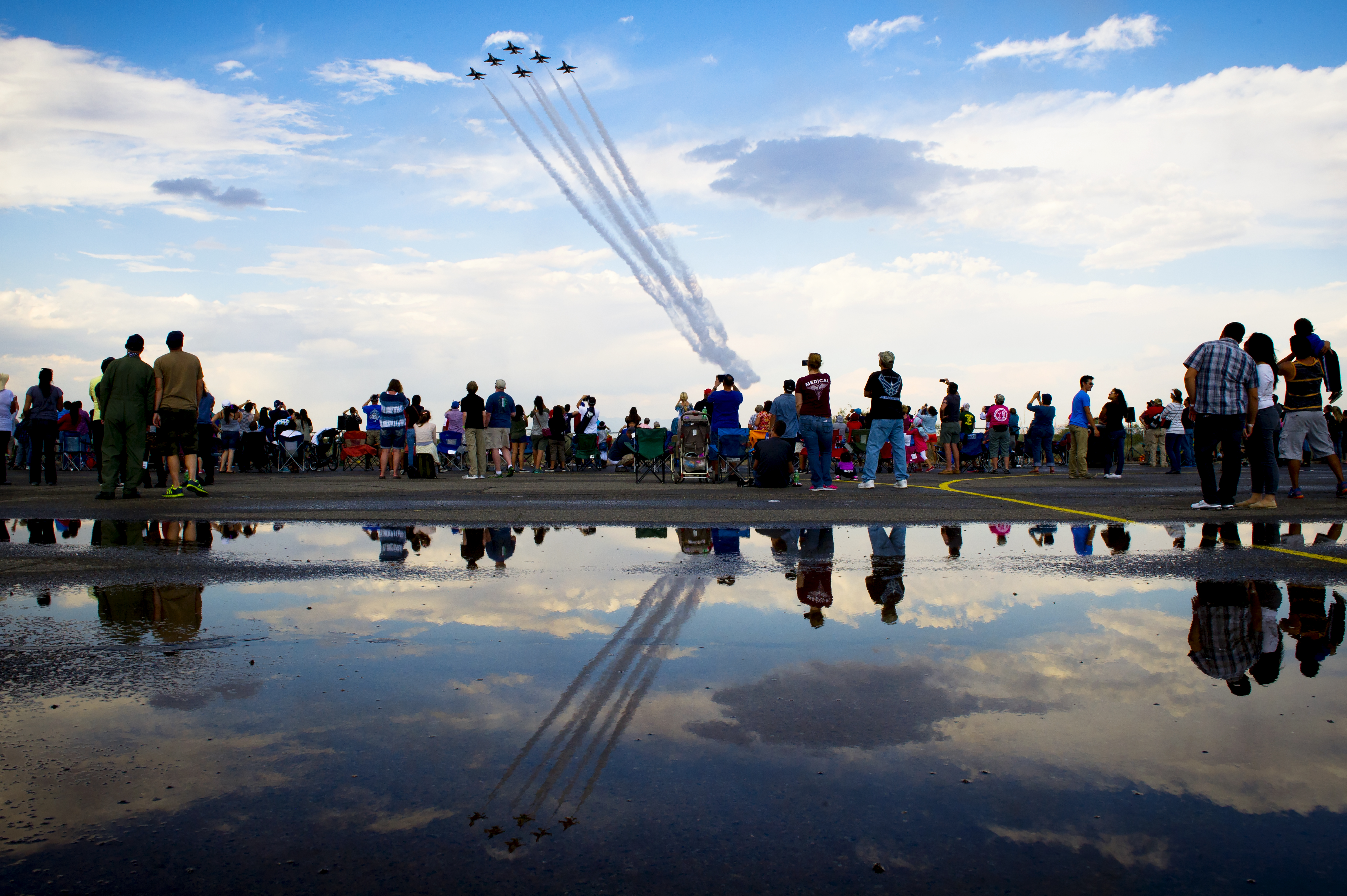 The Thunderbirds Delta Formation perform the Delta Closer during the Amigo Airshow, at Santa Teresa, N.M., Nov. 2, 2014 (U.S. Air Force photo/Tech. Sgt. Manuel J. Martinez)