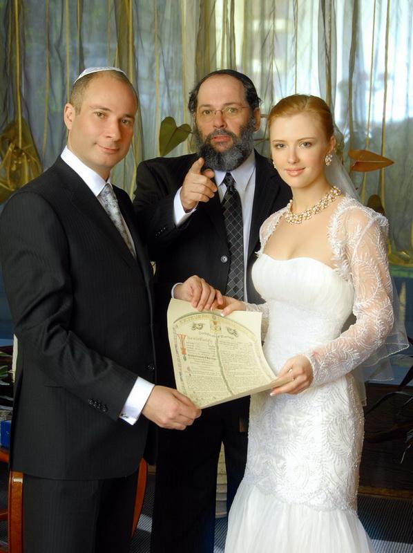 Жанровая репортажная свадебная фотография во время свадебного обряда подписания брачного контракта.