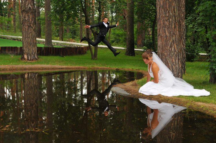 Свадебная фотография. Прогулка в парке у озера. Автор свадебный фотограф Сергей Рыжков