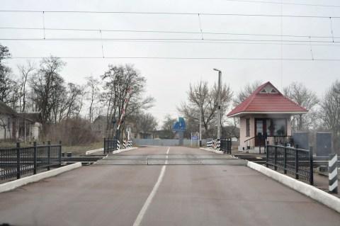 Железнодорожный переезд как граница между Заворичами и Мокрецом.
