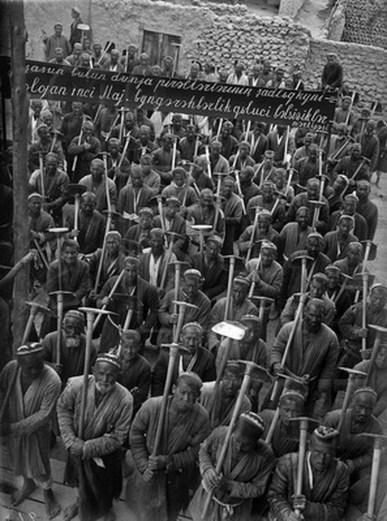 Знаменитый фотограф. «Была коптилка да свеча — теперь лампа Ильича». 95 лет назад. 6