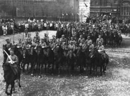 Знаменитый фотограф. «Была коптилка да свеча — теперь лампа Ильича». 95 лет назад. 9
