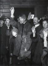 Знаменитый фотограф. «Была коптилка да свеча — теперь лампа Ильича». 95 лет назад. 26