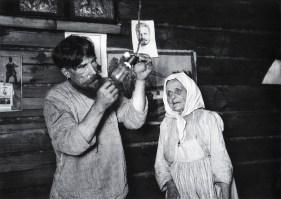Знаменитый фотограф. «Была коптилка да свеча — теперь лампа Ильича». 95 лет назад. 31