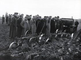 Знаменитый фотограф. «Была коптилка да свеча — теперь лампа Ильича». 95 лет назад. 32