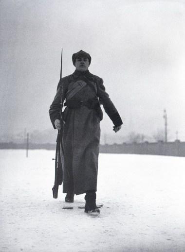 Знаменитый фотограф. «Была коптилка да свеча — теперь лампа Ильича». 95 лет назад. 59