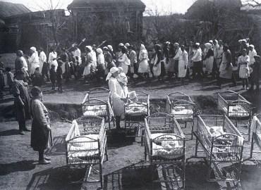 Знаменитый фотограф. «Была коптилка да свеча — теперь лампа Ильича». 95 лет назад. 64