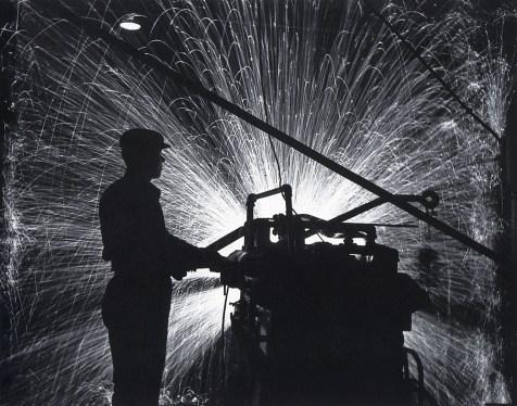 Знаменитый фотограф. «Была коптилка да свеча — теперь лампа Ильича». 95 лет назад. 85