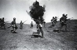 Знаменитый фотограф. «Была коптилка да свеча — теперь лампа Ильича». 95 лет назад. 89