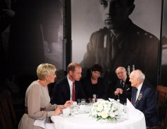 epa06092935 Polish First Lady Agata Kornhauser-Duda (L), Britain's Prince William, Duke of Cambridge (2-R) talk with World War II veterans during a visit to the Warsaw Rising Museum in Warsaw, Poland, 17 July 2017. The Duke and Duchess of Cambridge are on a first official visit to Poland. EPA/PAWEL SUPERNAK POLAND OUT
