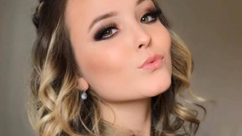 "De biquíni e sem maquiagem, Larissa Manoela arranca elogios na web:  ""Princesa"""