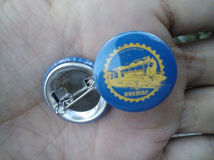 Chapas con el logo de AREMAF