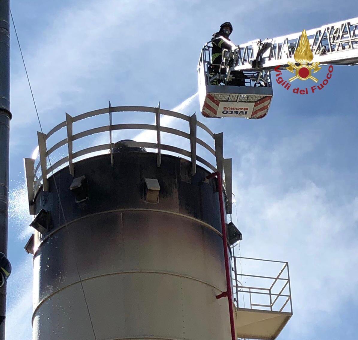 Arezzo: prende fuoco silos di una fabbrica di arredamento, nessun ferito