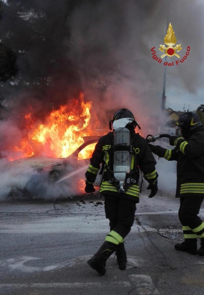Autovettura in fiamme a Tregozzano