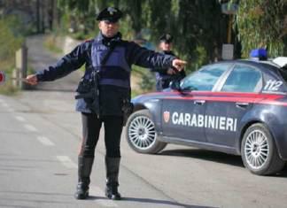 Carabinieri durante un posto di blocco