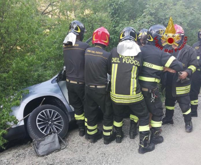 auto recuperata dai Vigili del Fuoco a La Foce