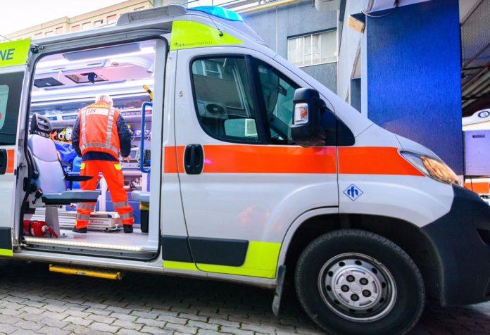 Auto in bilico sulla scarpata dopo incidente: soccorso e portato in salvo 61 enne