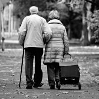Ragazza ferma un anziano con la scusa di chiedere un'informazione ma gli strappa la collanina d'oro. Brutto episodio a Fonterosa