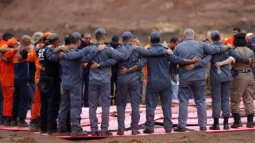 Equipe de resgate fazem homenagem e oração em memória às vítimas da tragédia em Brumadinho nesta sexta-feira. ADRIANO MACHADO REUTERS