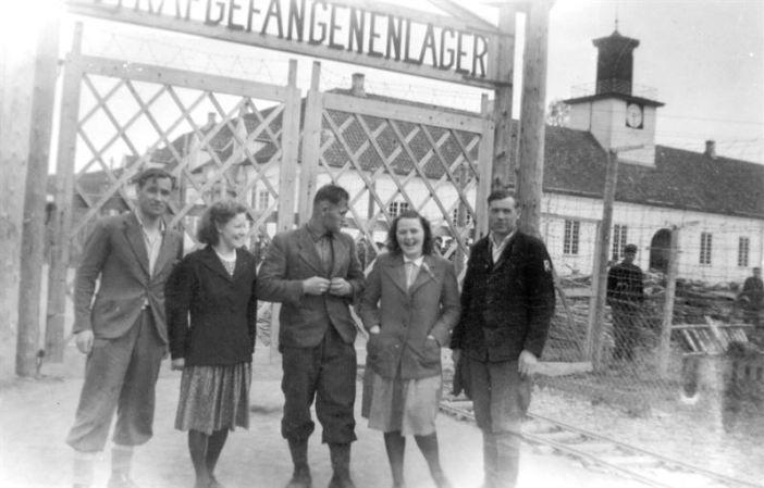 Fanger og lokalbefolkning ved Falstad (1945) / Prisoners and local people at Falstad (1945)