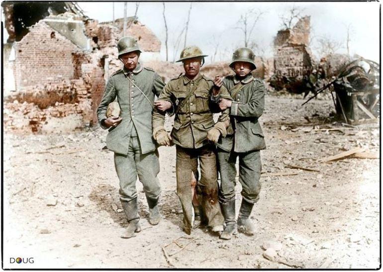 Soldats allemands supportant un soldat anglais, blessé c.1917