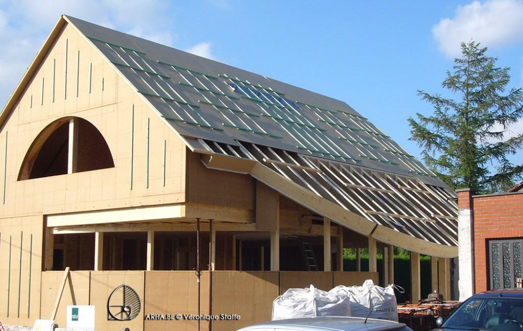 vue extérieure ossature bois d'une maison bio écologique, climatique et passive conçue par Véronique Staffe inspirée par la spirale du nombre d'or