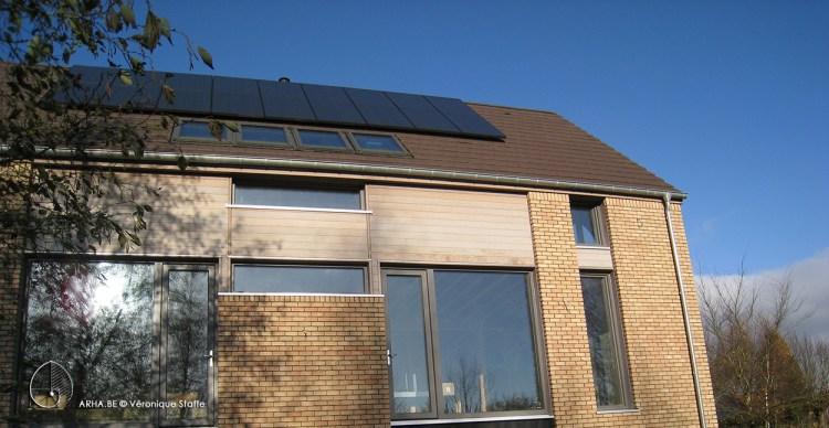 Vue Sud d'une maison bio écologique bioclimatique à énergie positive conçue par Véronique Staffe selon son concept architectural éco-bio-climatique et spirale du nombre d'or