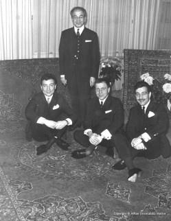 Akif Arhan med sönerna Seref, Sabah, Mustafa Arhan sittande på en antik Usak