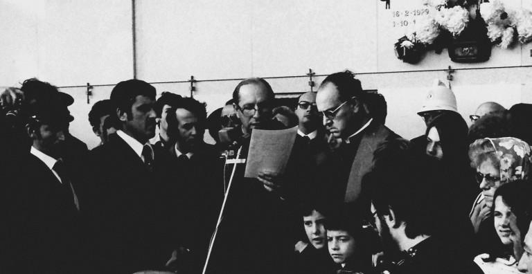 Padre David Maria Turoldo ai funerali di Pier Paolo Pasolini a Casarsa (Ud) il 6 novembre 1975