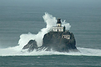 Tillamook lighthouse with crashing waves, from lighthousefriends.com