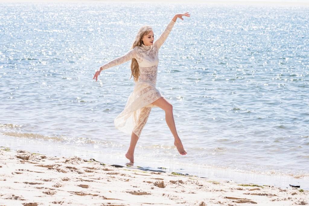 Arielle Dombasle sur la plage pour Paris Match